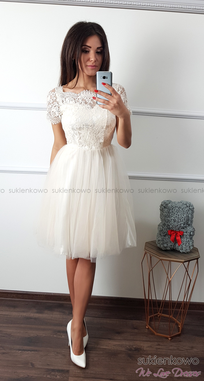 21129c9ceba59b SUZI - Tiulowo koronkowa sukienka w kolano ecru